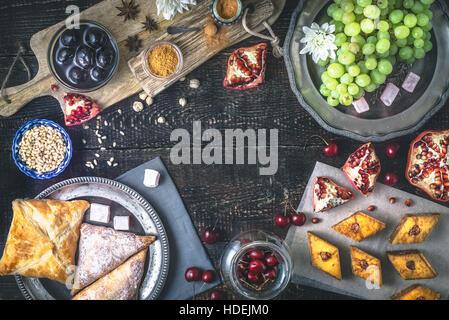 Bonbons différents sur la table en bois. Concept de desserts orientaux vue supérieure Banque D'Images