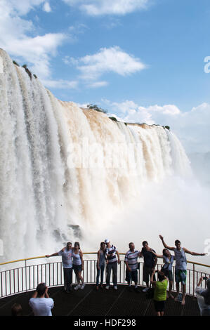 Iguazu: personnes en face de la spectaculaire d'Iguazu, l'une des plus importantes attractions touristiques de Banque D'Images