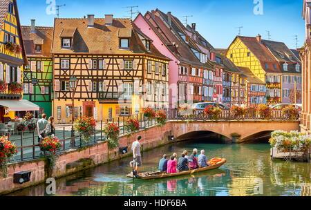 Les touristes sur le bateau, la Petite Venise, quartier de Colmar, France Banque D'Images