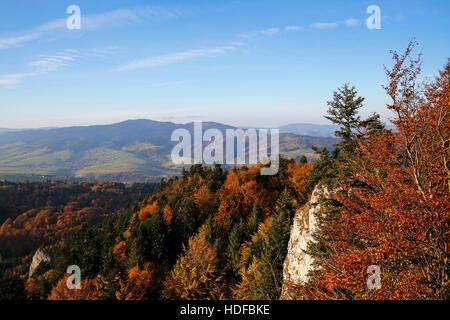 Vue panoramique à partir de trois couronnes pic dans les montagnes de Pieniny, Pologne Banque D'Images