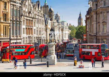 Londres, Royaume-Uni - Trafic sur Trafalgar Square Banque D'Images