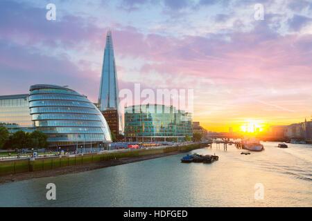 London City Hall et le Fragment au coucher du soleil Banque D'Images
