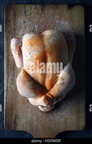 Matières jour de Thanksgiving Turquie avec des épices sur la planche de bois Vue de dessus Banque D'Images