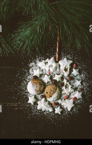 Boule de Noël faites par des témoins sur le fond de bois à la verticale