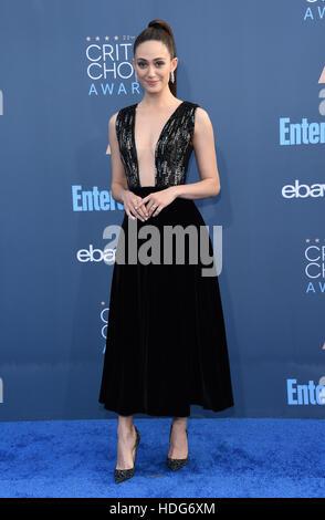 Santa Monica, Californie, USA. Dec 11, 2016. Emmy Rossum arrive pour la 22e Critics' Choice Awards à Barker Hanger. Banque D'Images