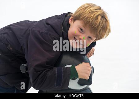 Winchester, Hampshire, Angleterre, Royaume-Uni. 12 décembre 2016. Jeune garçon aime patiner à la patinoire à la Winchester Marché de Noël. Credit: Carolyn Jenkins/Alamy Live News