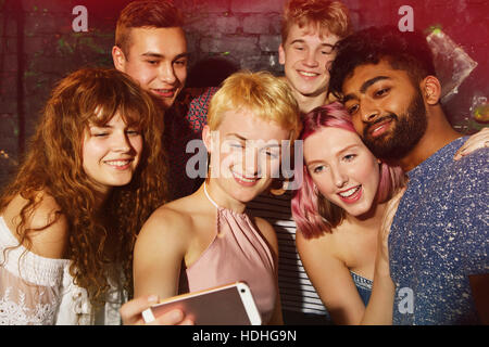 Professionnels multi-ethnic friends prenant en selfies smart phone at yard Banque D'Images
