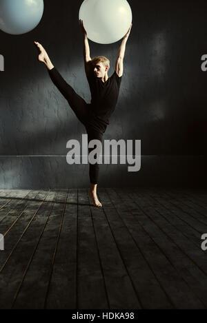 Jeune homme concentré dans le studio de danse