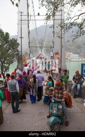 Les personnes qui traversent Laxman Jhula pont sur Gange à Rishikesh, Inde. Banque D'Images