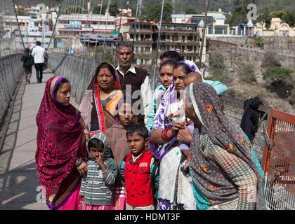 Famille indienne sur pont suspendu au-dessus de Ganges river à Rishikesh, Inde Banque D'Images