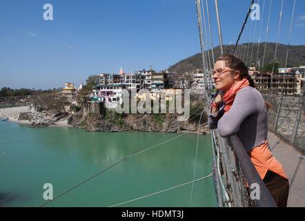 Les touristes à la recherche de Ganges River Bridge à Rishikesh, Uttarakhand, Inde Banque D'Images