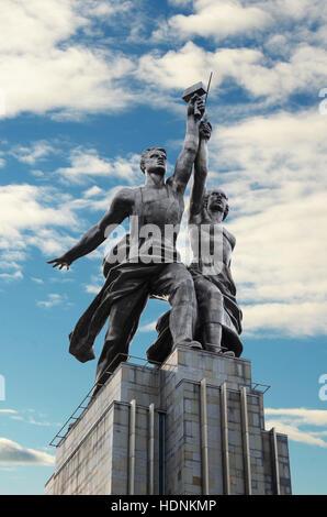 Monument ouvrier et Kolkhozienne (Rabochiy i Kolkhoznitsa) à Moscou. La Russie Banque D'Images