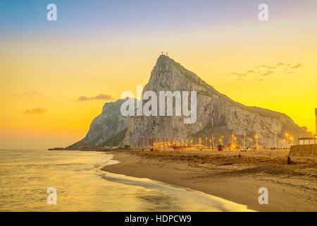 Vue sur le rocher de Gibraltar au coucher du soleil à partir de la plage, à La Linea de la Concepcion, Andalousie, Espagne