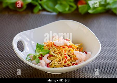 Nouilles Chinesse avec légumes et crevettes, repas oriental Végétarien Banque D'Images