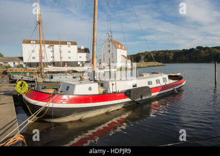 Woodbridge moulin à marée, rivière Deben, Suffolk, UK. Novembre. Rouge lumineux converti Péniche hollandaise en Banque D'Images
