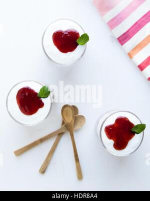 Parfait au yogourt saine avec de la confiture en verre sur tableau blanc Banque D'Images