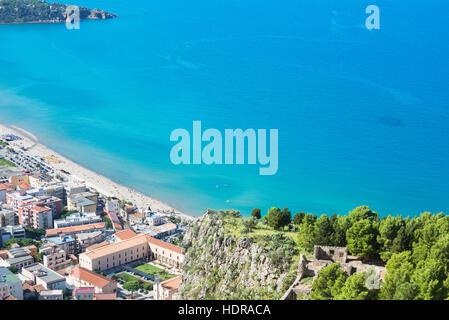 Plage de la ville et la falaise La Rocca vue, Cefalù, Sicile, Italie, Europe Banque D'Images