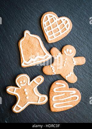 Gingerbread cookies de Noël sur un fond sombre. Banque D'Images