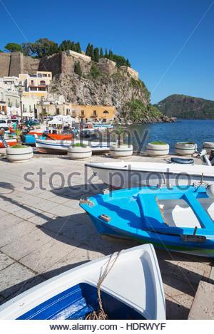 Des bateaux de pêche à Marina Corta, ville de Lipari, l'île de Lipari, Les îles Éoliennes, UNESCO World Heritage Banque D'Images