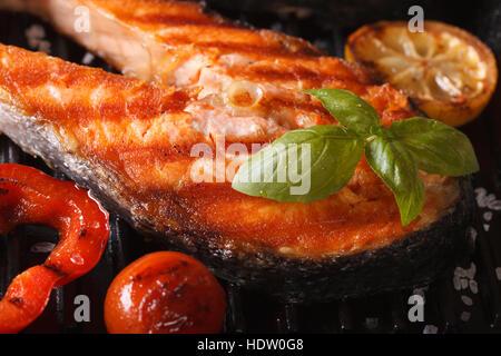Poisson saumon rouge grillé Steak macro et légumes sur le grill. Banque D'Images
