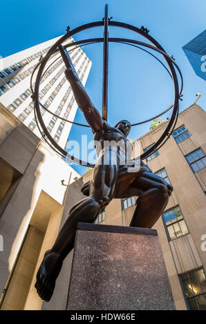 'Atlas' sculpture de l'artiste Lee Lawrie en face du Rockefeller Center, New York City Banque D'Images