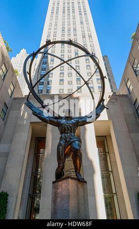 'Atlas' sculpture de l'artiste Lee Lawrie en face du Rockefeller Center, New York City Banque D'Images