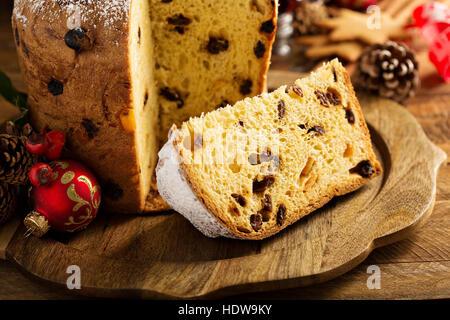 Panettone traditionnel de Noël avec des fruits secs