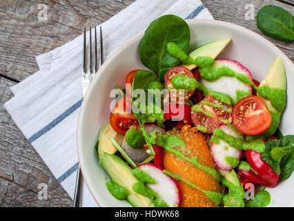 Salade verte aux épinards, pesto, patate douce, d'avocat, radis, poivrons, tomates. L'amour pour la santé de l'aliment Banque D'Images