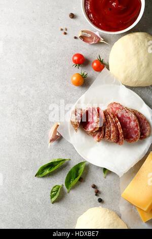 Ingrédients pizza sur le béton, de l'alimentation vue d'en haut Banque D'Images