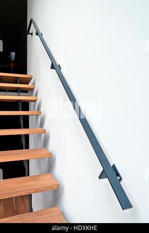 Escaliers en bois et la rampe dans un salon moderne et rénové Banque D'Images