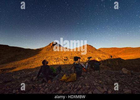 À vélo dans le haut atlas, Maroc Banque D'Images