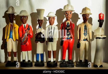 Souvenirs d'Afrique coloniale, figures en bois montrant différentes professions comme cook prêtre musicien photographe Banque D'Images