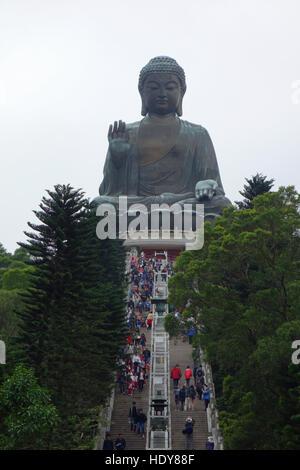 Tian Tan Buddha (Grand Bouddha) est une statue de Bouddha situé à 34 mètres sur l'île de Lantau à Hong Kong. Banque D'Images