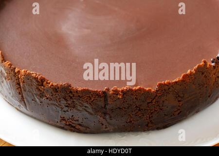 Gâteau au fromage au chocolat brun sur la plaque Banque D'Images