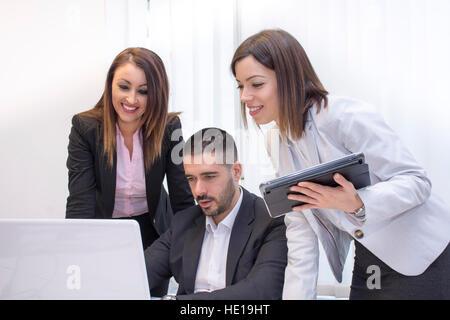 Les personnes travaillant dans le groupe de l'office.Jeunes gens d'affaires travaillant sur ordinateur portable. Banque D'Images
