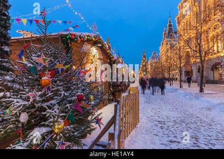 Moscou, Russie - le 09 décembre 2016: crépuscule sur l'arbre de Noël et marché de Noël à la place Rouge sur Décembre Banque D'Images
