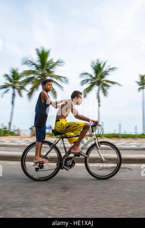 RIO DE JANEIRO - le 6 mars 2016: une paire de jeunes Brésiliens et faire de la bicyclette sur la route en bord Banque D'Images