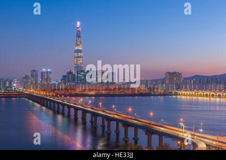 Métro de Séoul et Lotte Tower at Night, Corée du Sud Banque D'Images