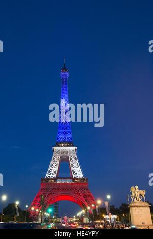 Tour Eiffel allumé en couleurs du Français pour le 14 juillet, 2016 Banque D'Images