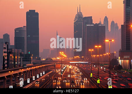 Dubaï, Émirats arabes unis - 18 septembre 2015: belle vue sur Dubai downtown au coucher du soleil à Dubaï (Émirats Banque D'Images