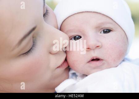 Jeune mère, 22 ans, avec sa fille, de six semaines, l'extérieur Banque D'Images