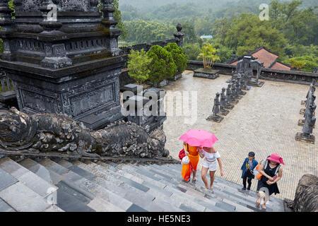 Les touristes montent de la salutation à la Cour Palais Thien Dinh. Tombeau de Khai Dinh Tomb (UNG), Hue, Vietnam. Banque D'Images