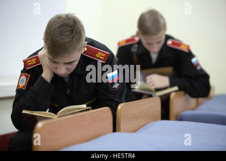 Omsk, Russie. 14Th Dec 2016. Les Cadets de l'Omsk Cadet Corps lecture. © Dmitri Feoktistov/TASS/Alamy Live News Banque D'Images