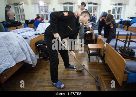 Omsk, Russie. 14Th Dec 2016. Les Cadets de l'Omsk Cadet Corps faire le nettoyage à la caserne. © Dmitri Feoktistov/TASS/Alamy Banque D'Images