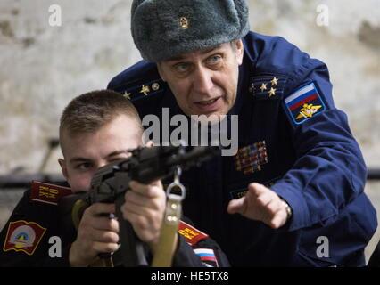 Omsk, Russie. 14Th Dec 2016. Un cadet de l'Omsk Cadet Corps assiste à une leçon de tir. © Dmitri Feoktistov/TASS/Alamy Banque D'Images