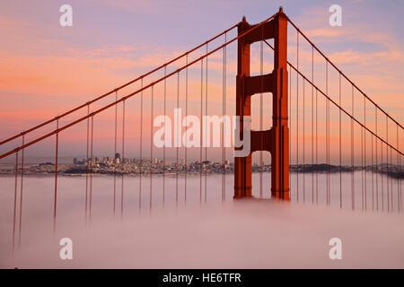 Première tour du pont du Golden Gate dans la brume Banque D'Images