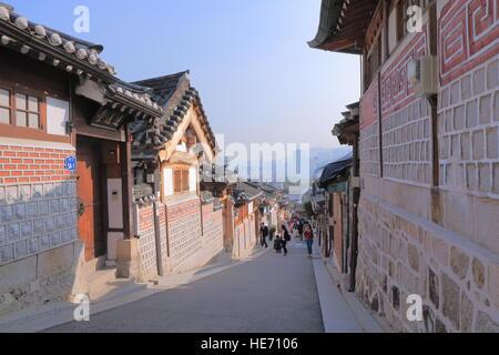 Personnes visitent le village de Bukchon Hanok à Séoul en Corée du Sud. Le village de Bukchon Hanok est préservé Banque D'Images