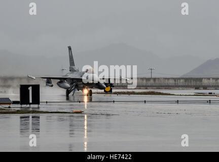 Un F-16 Fighting Falcon du 421e Escadron de chasse expéditionnaire se prépare à tester un système d'arrêt d'aéronef Banque D'Images