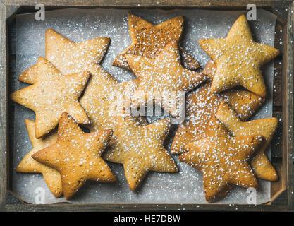 Gingerbread cookies de Noël en forme d'étoiles avec du sucre en poudre Banque D'Images