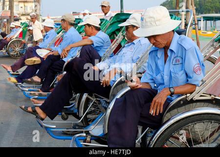 Les conducteurs de cyclo à Hoi An, Vietnam Banque D'Images